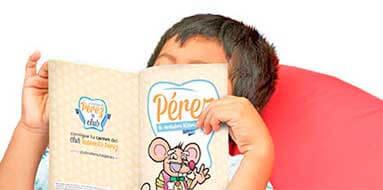 Niño lee el cuento del Ratoncito Pérez