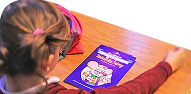 El Ratoncito Pérez en los colegios reparte su Libro Oficial de Aspirante a Ayudante.
